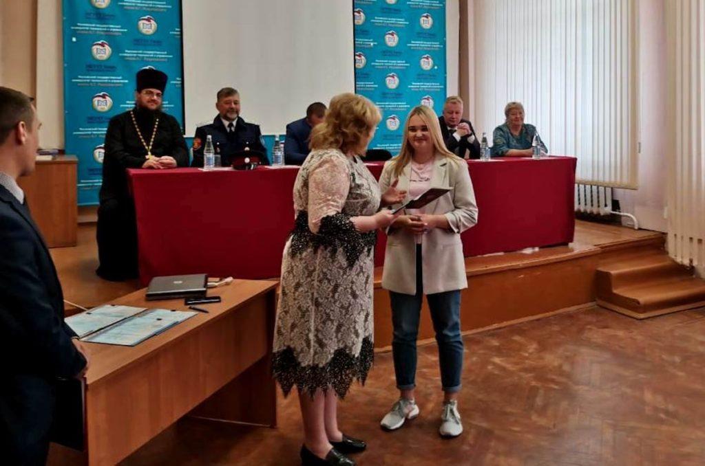Светлана Максимова, депутат Госдумы, выдает красный диплом Кристине Самариной