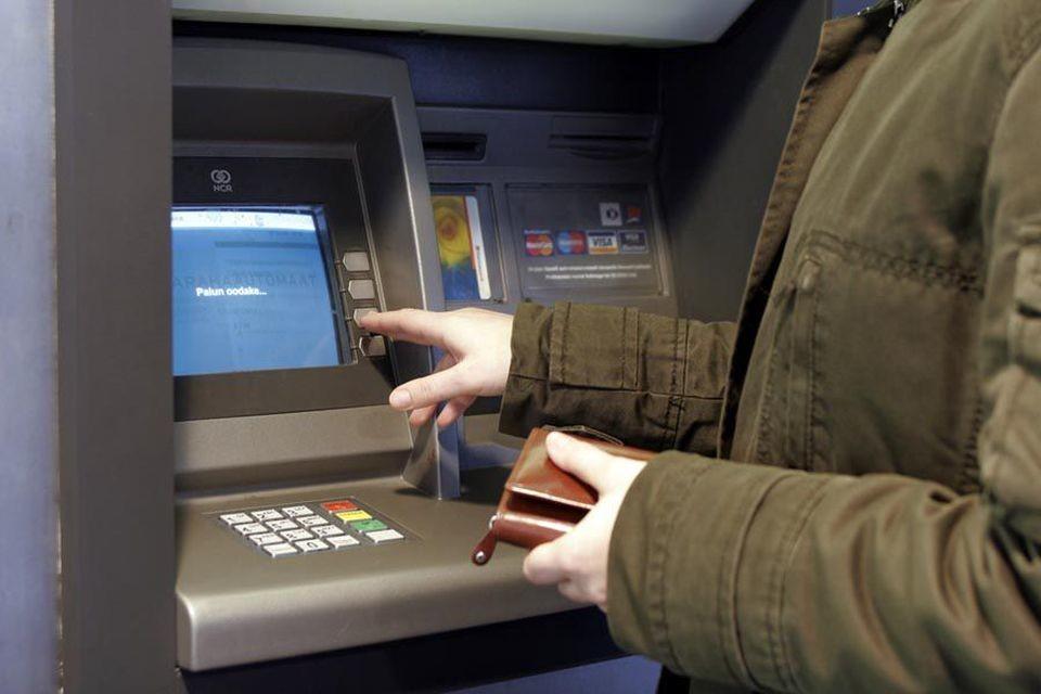 В Тверской области подросток украл банковскую карту своей матери