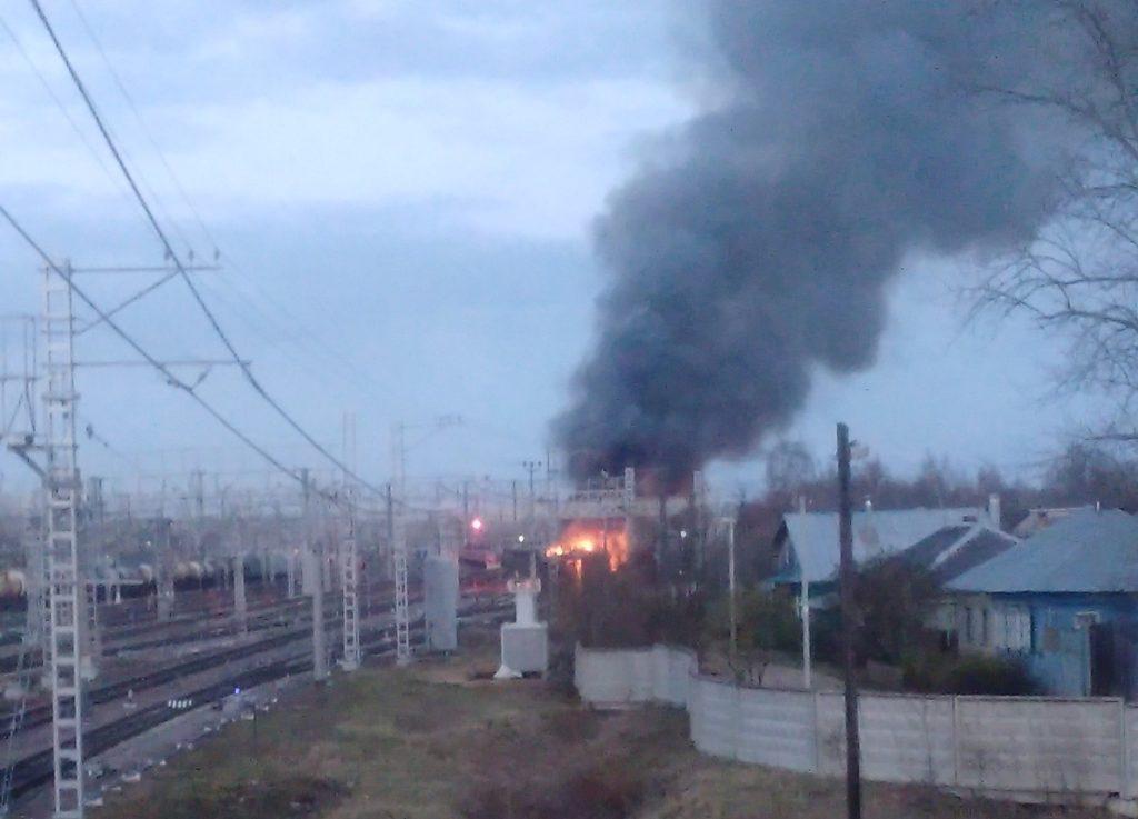 В Твери на железнодорожных путях загорелся вагон