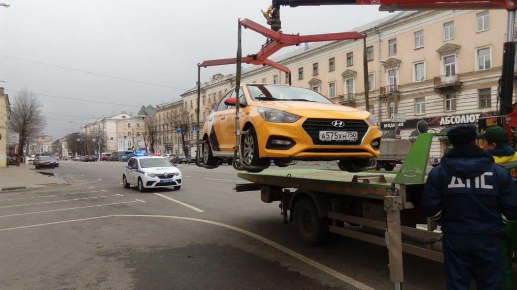 По Твери работали водители, имеющие право таксовать лишь в Москве