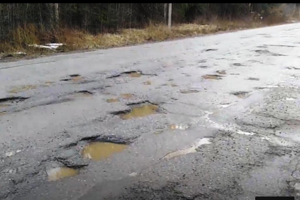 В Тверской области дорога Бежецк – Сонково напоминает изрезанный кратерами пейзаж