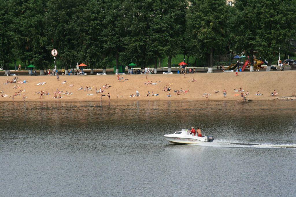 Роспотребнадзор не рекомендует жителям Твери купаться в Волге и на карьерах