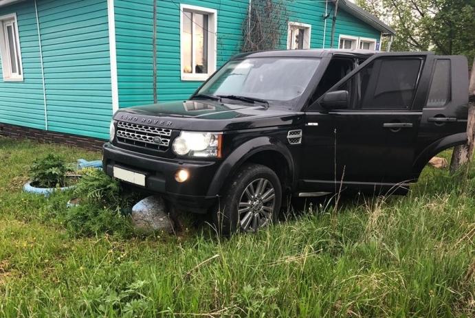 В Торжокском районе полицейские догнали похищенный в Санкт-Петербурге «Ленд Ровер»