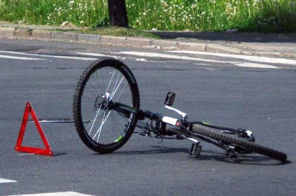 В Тверской области автомобиль сбил 11-летнюю велосипедистку