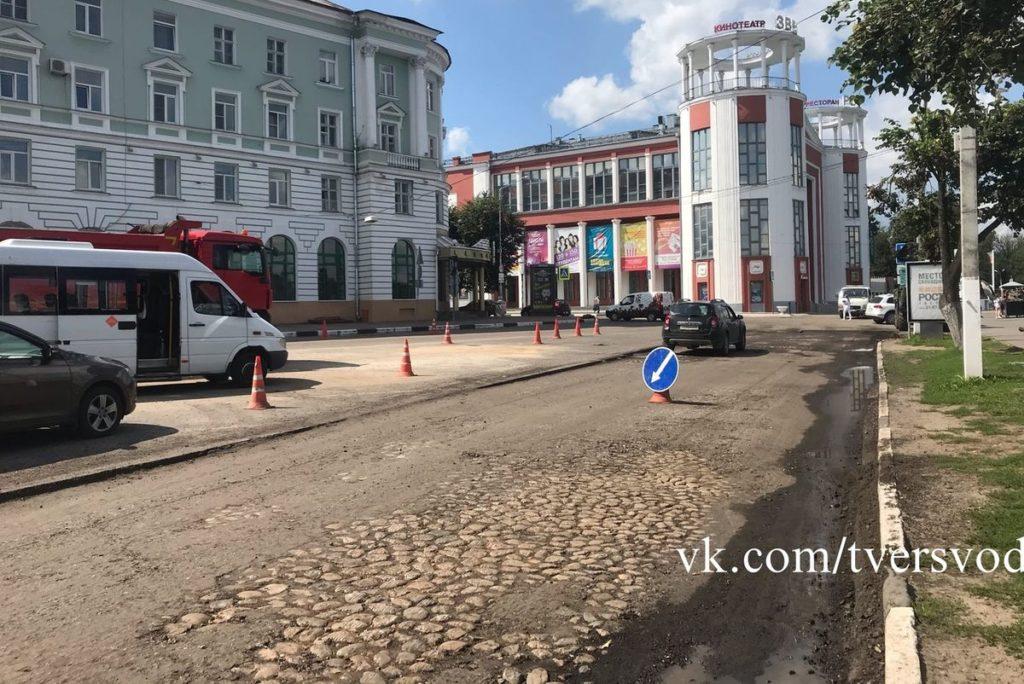 При ремонте дороги в центре Твери обнаружили старинную брусчатку