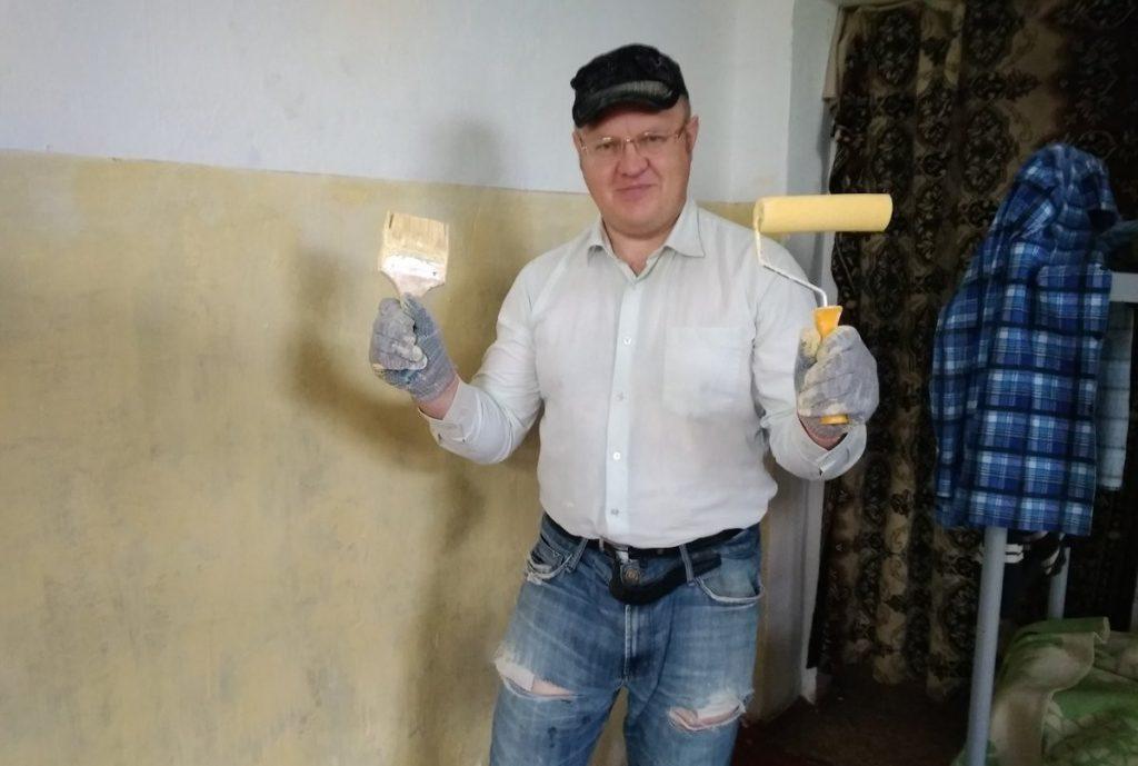 Волонтеры покрасили стены в гостинице для бездомных в Твери