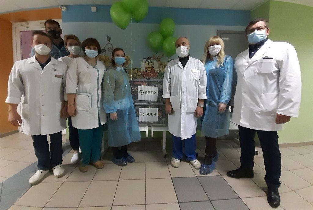 Тверское отделение Сбербанка передало «Коробки Храбрости» маленьким пациентам тверских больниц