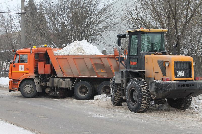 Из Твери вывозят снег, но он возвращается