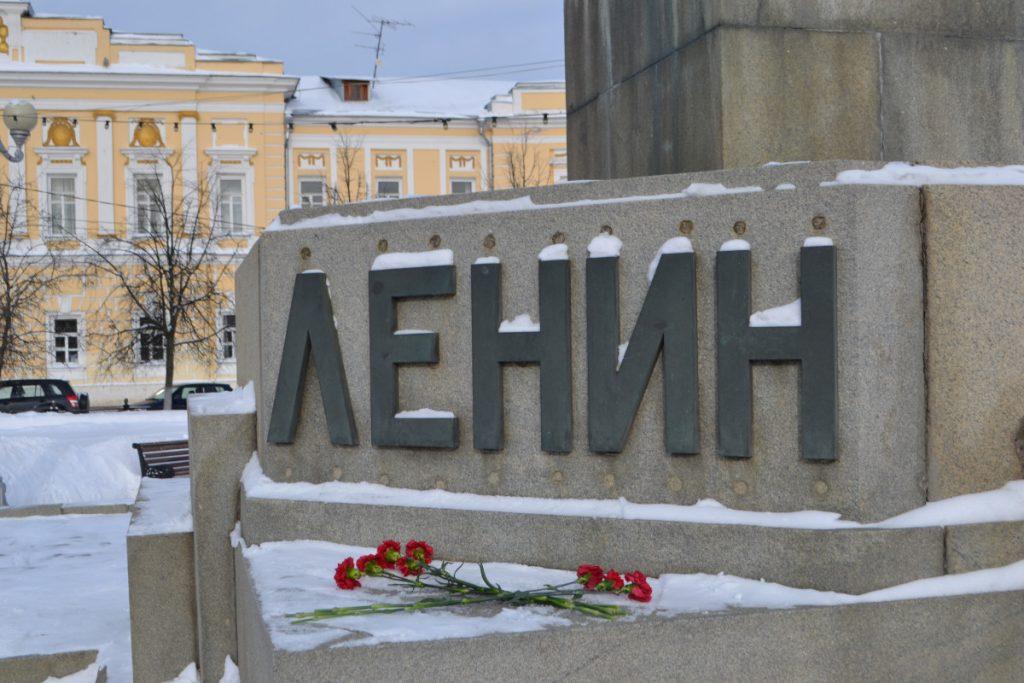 Тверские коммунисты возложили цветы к памятнику Ленину