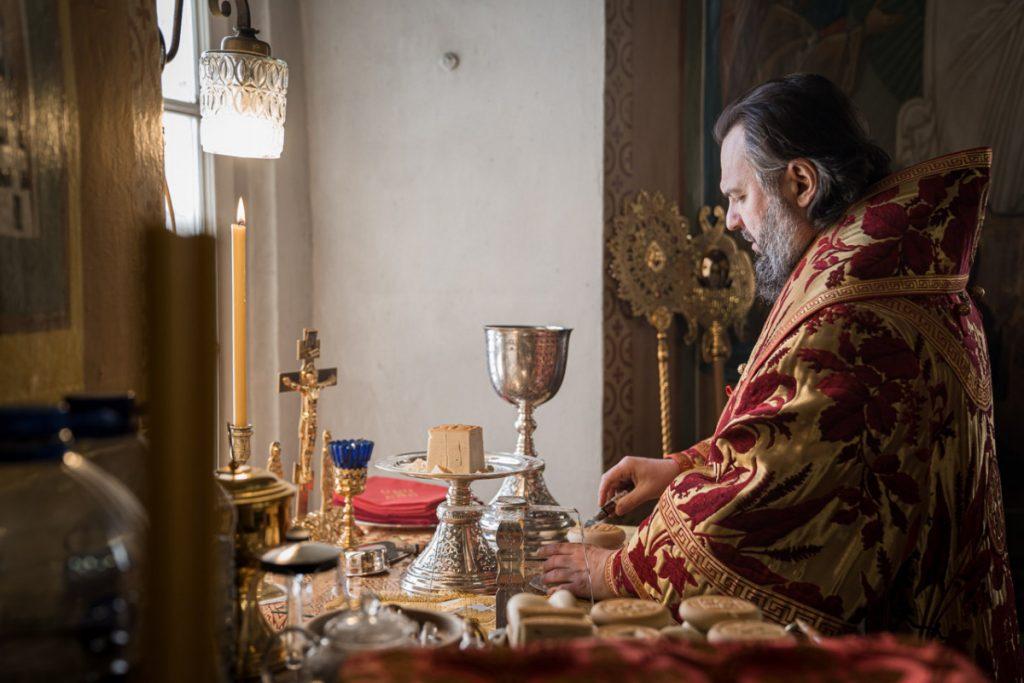 Где пройдут февральские богослужения митрополита Амвросия и как подать записки онлайн