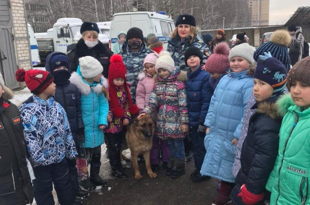 Школьникам из Конаково Тверской области показали работу служебных собак