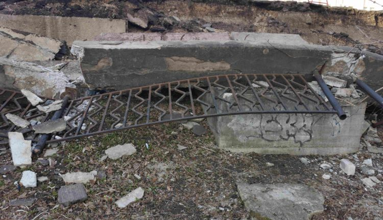 В Твери рухнул забор на набережной Афанасия Никитина у Старого моста